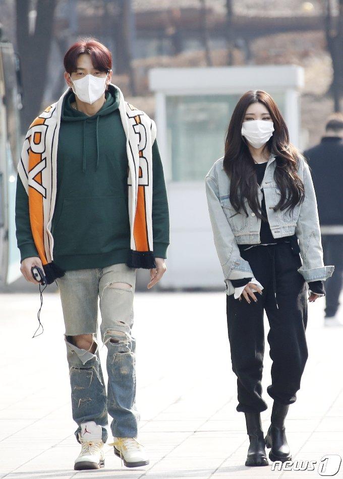 가수 비와 청하(오른쪽)가 3일 서울 양천구 목동 SBS사옥에서 열린 SBS `두시탈출 컬투쇼`에 참석하고 있다.. 2021.3.3/뉴스1 © News1 권현진 기자