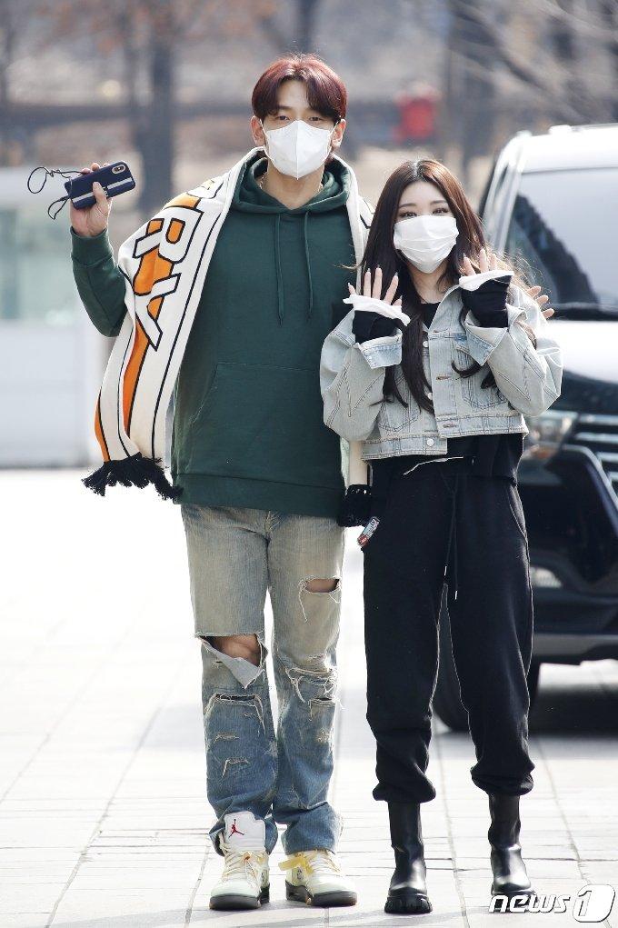 가수 비와 청하(오른쪽)가 3일 서울 양천구 목동 SBS사옥에서 열린 SBS `두시탈출 컬투쇼` 출연을 위해 방송국으로 들어서며 사랑스러운 인사를 하고 있다. 2021.3.3/뉴스1 © News1 권현진 기자