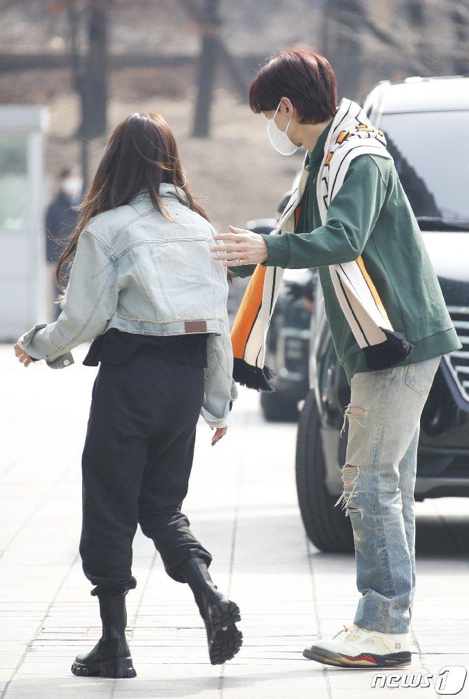 가수 비 3일 서울 양천구 목동 SBS사옥에서 열린 SBS `두시탈출 컬투쇼` 출연을 위해 방송국으로 들어서며 후배 청하(왼쪽)를 챙기고 있다. 2021.3.3/뉴스1 © News1 권현진 기자