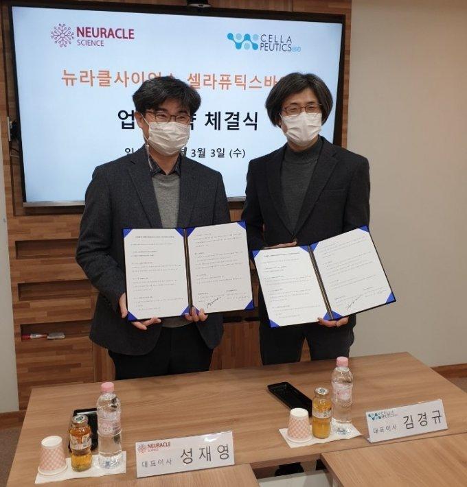 ㈜뉴라클사이언스 성재영 대표와 ㈜셀라퓨틱스바이오 김경규 대표가 업무협약을 체결했다 / 사진제공=성균관대 창업지원단