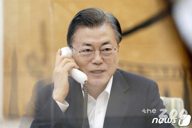 (서울=뉴스1) = 문재인 대통령이 4일 오전 청와대에서 조 바이든 미국 대통령과 전화통화를 하고 있다. (청와대 제공)2021.2.4/뉴스1