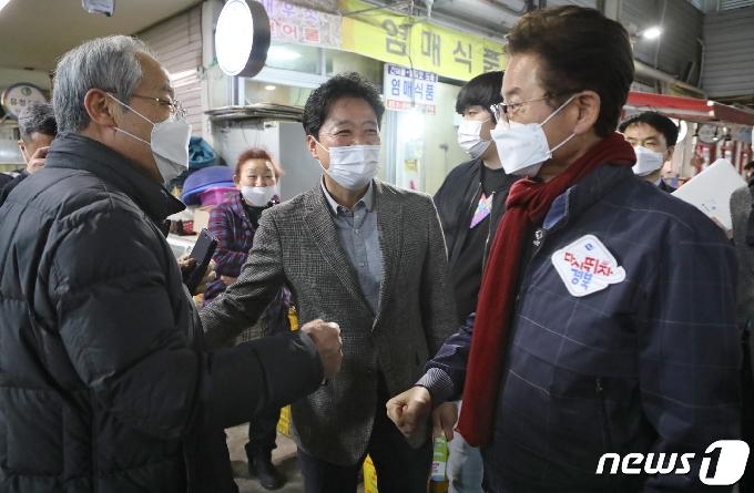 [사진] 영천공설시장에서 상인과 대화하는 이철우 경북지사