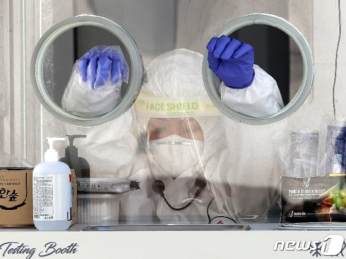 동두천시에서 지난 1∼2일 이틀간 외국인 96명을 포함해 105명이 신종 코로나바이러스 감염증(코로나19)에 무더기로 확진됐다. 3일 오후 경기 동두천시 내 중앙도심공원 임시선별검사소에서 의료진이 지친 모습으로 잠시 휴식을 취하고 있다. 2021.3.3/뉴스1 © News1 박지혜 기자