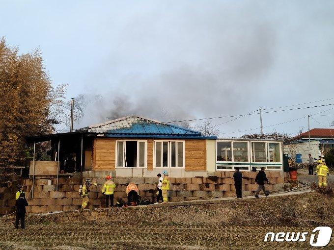 충남 부여군 부여읍 가증리 한 주택에서 불이 났다.(독자 제공)© 뉴스1