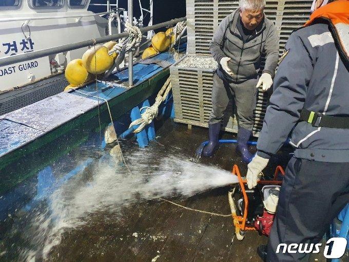 기선 권현망 어선 A호의 기관실이 침수하는 사고가 발생, 해경 등이 배수작업을 벌이고 있다.(여수해경 제공) 2021.3.3/뉴스1 © News1