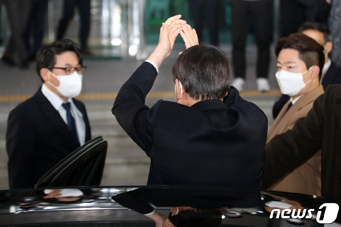 [사진] 인사하는 윤석열 검찰총장
