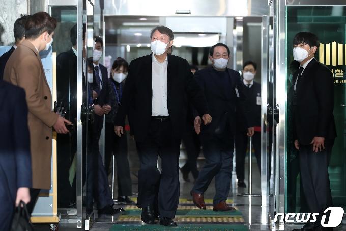 [사진] 만찬까지 마치고 밖으로 나오는 윤석열 검찰총장