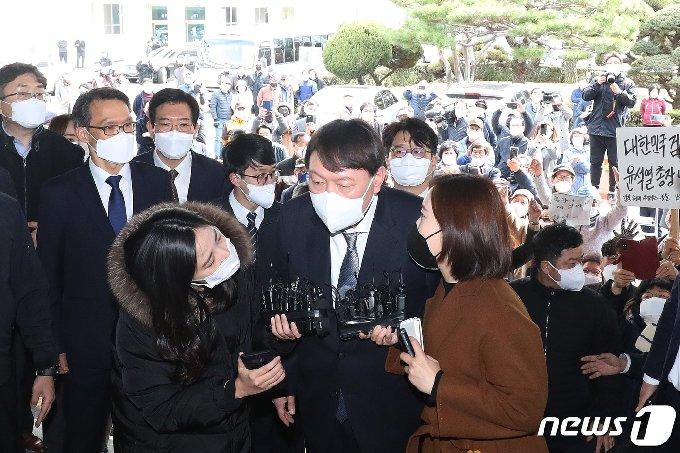 윤석열 검찰총장이 3일 오후 대구고등검찰청에 도착해 취재진의 질문에 답하고 있다. 2021.3.3/뉴스1 © News1 공정식 기자
