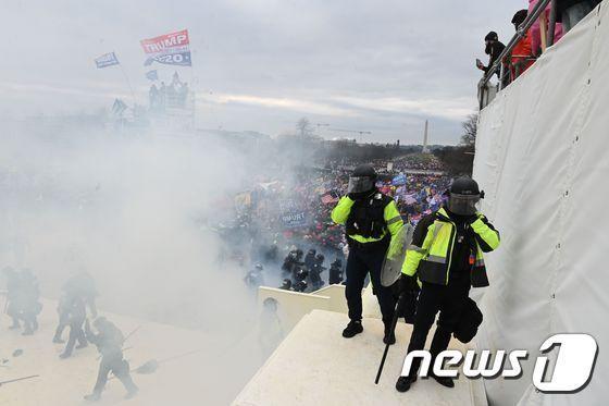 1월6일(현지시간) 도널드 트럼프 미국 대통령을 지지하는 시위대가 워싱턴 의사당에 난입을 시도하자 경찰이 최루 가스를 뿌리고 있다. © AFP=뉴스1 © News1 우동명 기자