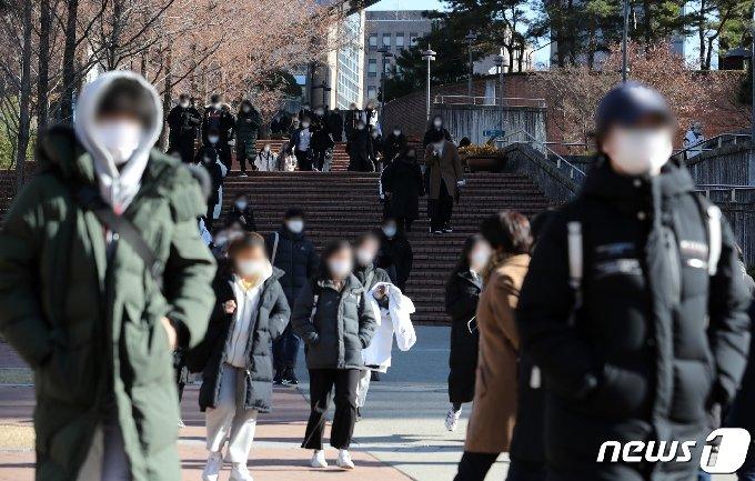서울 동작구 숭실대학교에서 열린 2021학년도 논술고사를 마친 수험생들이 고사장을 나서고 있다. 2020.12.4/뉴스1 © News1 이재명 기자