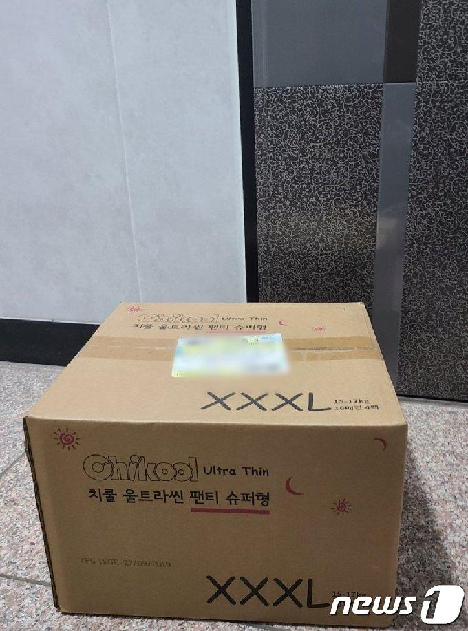 3일 인천시 중구 8살 학대치사 부모의 주거지 앞 놓여진 택배상자. 계부가 주문한 것으로 확인된 상자에는 3XL기저귀가 들어 있었다.2021.3.3/뉴스1 © News1 박아론 기자