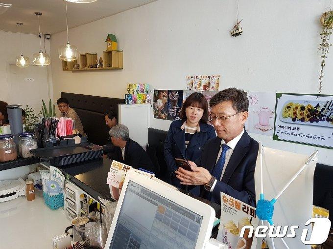 정하영 김포시장 김포페이 사용 모습.(경기도 제공)© 뉴스1