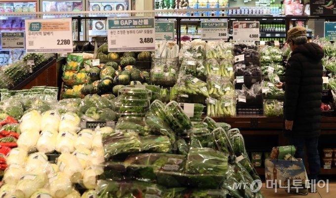 조류인플루엔자(AI)와 한파의 영향으로 농축수산물의 가격이 가파르게 상승한 가운데 지난달 25일 서울의 한 대형마트를 찾은 시민들이 장을 보고 있다. / 사진=이기범 기자 leekb@