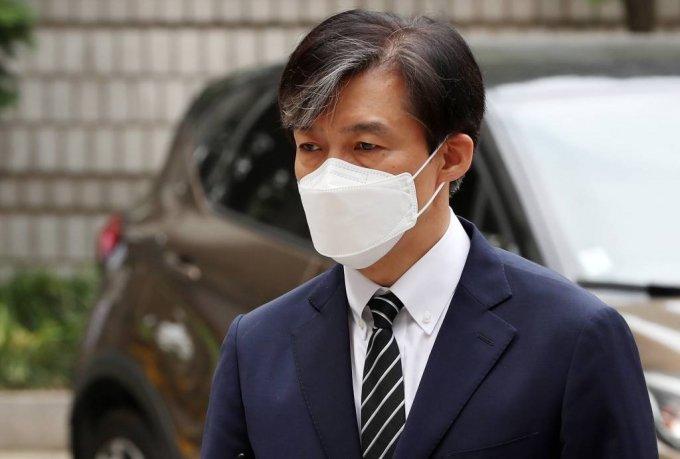 가족 비리 및 감찰 무마 혐의로 기소된 조국 전 법무부 장관이 5일 오전 서울 서초구 중앙지방법원에서 열린 속행 공판에 출석하고 있다. / 사진=김휘선 기자 hwijpg@