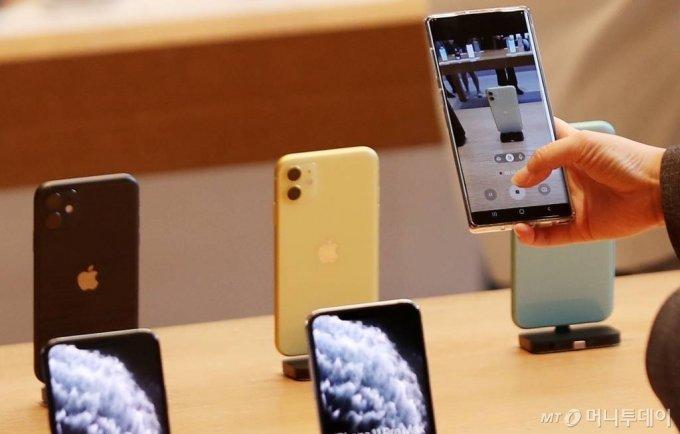애플 신제품 아이폰 11 · 11 Pro · 11 Pro Max 등이 정식 출시된 25일 오전 서울 강남구 신사동 애플 가로수길 매장에서 구매자들이 제품을 둘러보고 있다. / 사진=김휘선 기자 hwijpg@