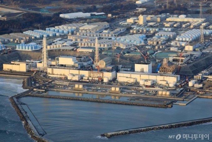 [오쿠마=AP/뉴시스] 일본 동북부 후쿠시마현 소재 후쿠시마 다이이치(제일) 원자력 발전소의 2월14일 전경. 10년 전 대지진으로 원자로 3기가 녹아버린 이 원전 부근은 전날 진도6강의 큰 지진이 감지되었다. 그러나 22일 원전 운영업체 도쿄전력이 3호기 원자로에 설치됐던 지진계가 지난해 7월 호우로 고장난 것을 알고도 수리하지 않은 것으로 드러나 비판 받고 있다. 2021. 2. 22.