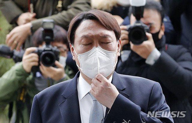 윤석열 검찰총장이 4일 오후 서울 서초구 대검찰청에서 거취 관련 입장을 밝히며 마스크를 만지고 있다. /사진=뉴시스