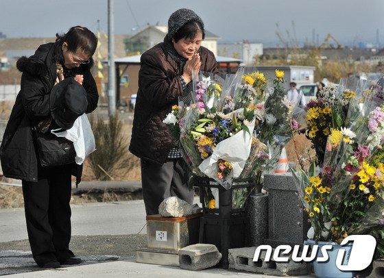 2014년 3월 11일 동일본대지진 3주년을 맞아 주요 피해지역인 미야기현 센다이 지방을 찾아 희생자를 기리고 있는 일본인들의 모습. © AFP=News1