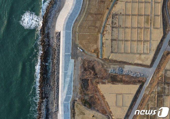 후쿠시마현 나미에시에 건설 중인 방파제 공사 현장의 2021년 2월 21일 항공 사진. © 로이터=뉴스1