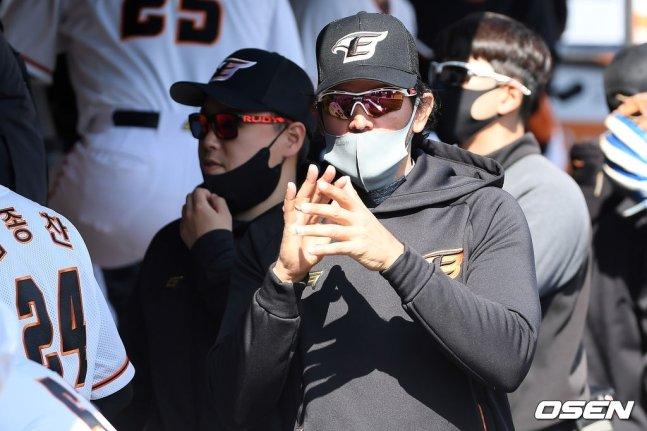 수베로 감독이 5일 열린 키움과 연습경기 도중 선수들에게 박수를 보내고 있다.