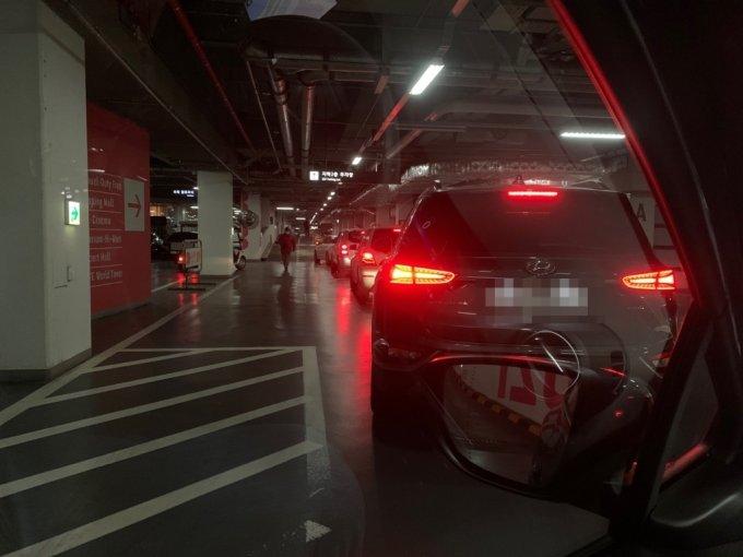 지난 25일 정오쯤 서울 송파구에 위치한 롯데월드타워 지하주차장에 많은 차량이 몰려 정체를 빚고 있다./사진=이강준 기자