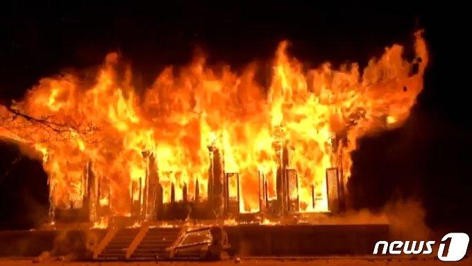 5일 오후 6시50분에 전북 정읍시 내장산 안쪽에 자리잡은 내장사 대웅전에서 화재가 발생했다.(전북소방본부 제공)2021.3.5/뉴스1