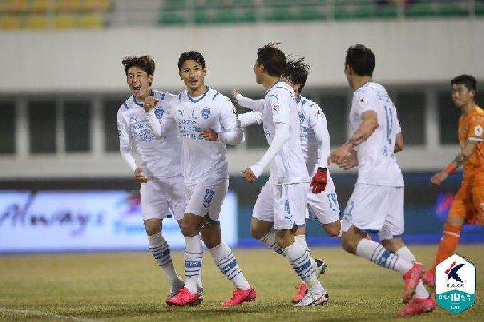 포항 선수들이 6일 열린 강원 원정 경기에서 권완규(왼쪽에서 2번째)의 쐐기골로 3-1이 되자 세리머니를 하고 있다. /사진=한국프로축구연맹 제공