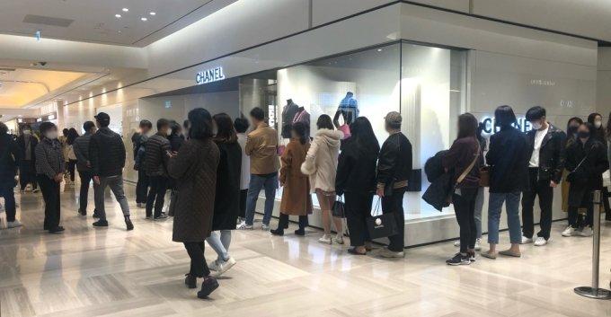 6일 신세계백화점 강남점 샤넬 매장 앞에 손님들이 번호표를 받기 위해 긴 줄을 늘어서고 있다/사진=오정은 기자