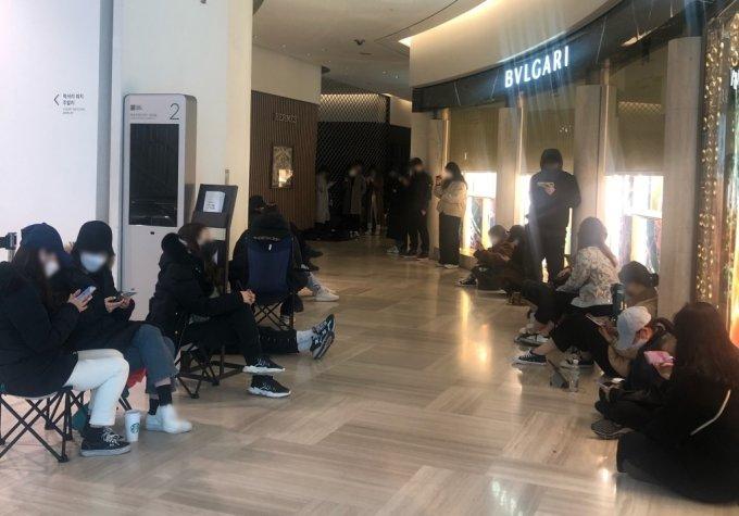 6일 오전 9시쯤 신세계백화점 강남점에서 번호표를 받기 위해 개점 전부터 바닥에 앉아 기다리는 손님들
