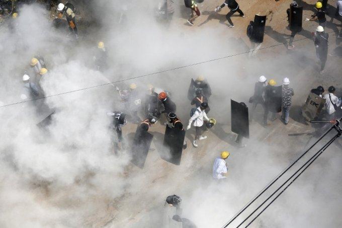 지난 6일 미얀마 양곤에서 경찰이 최루탄을 쏘자 시위대가 소화기를 뿌리며 대응하고 있다./사진=AFP