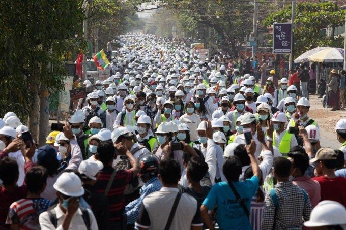 지난 5일 미얀마 만달레이에 모인 시위대./사진=AFP