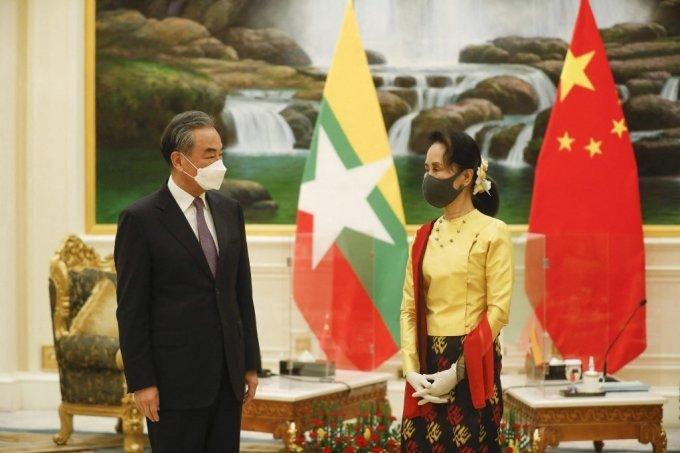 중국의 왕이 외교부장이 지난 1월11일(현지시간) 미얀마 대통령궁에서 아웅산 수치 국가고문과 마스크를 착용한 채 만나고 있다. /사진=AFP