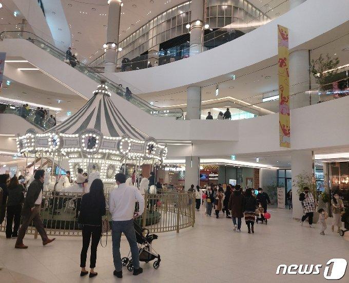 7일 현대프리미엄아울렛 대전점에는 쇼핑객들로 붐볐다. © 뉴스1