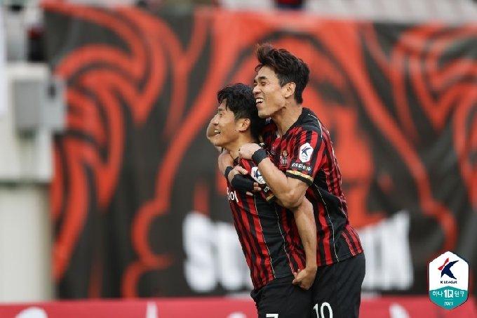 나상호(왼쪽)와 박주영이 골 세리머니를 하고 있다. /사진=한국프로축구연맹 제공