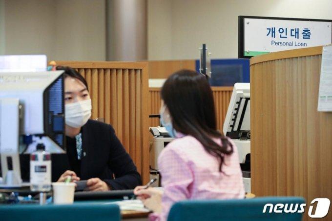 (서울=뉴스1) 이승배 기자 = 16일 서울 시내의 한 은행에서 대출 상담이 진행되고 있다. 2020.6.16/뉴스1