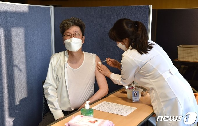 백순구 강원 원주세브란스기독병원장이 8일 병원 내 1호로 아스트라제네카 백신을 접종하고 있다.(원주세브란스기독병원 제공) 2021.3.8/뉴스1