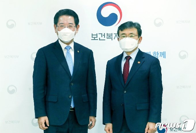 김영록 전남도지사와 권덕철 보건복지부장관.(전남도 제공) © 뉴스1
