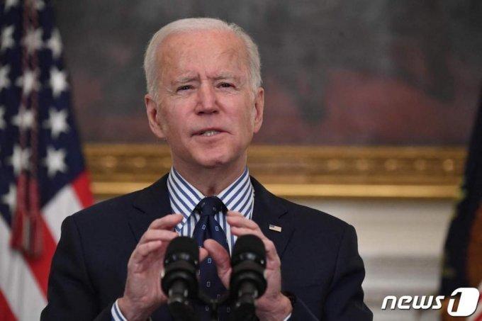 (워싱턴 AFP=뉴스1) 우동명 기자 = 조 바이든 미국 대통령이 6일(현지시간) 워싱턴 백악관에서 1조9000억 달러 규모의 코로나19 경기부양안의 상원 통과를 환영하는 연설을 하고 있다.   ⓒ AFP=뉴스1
