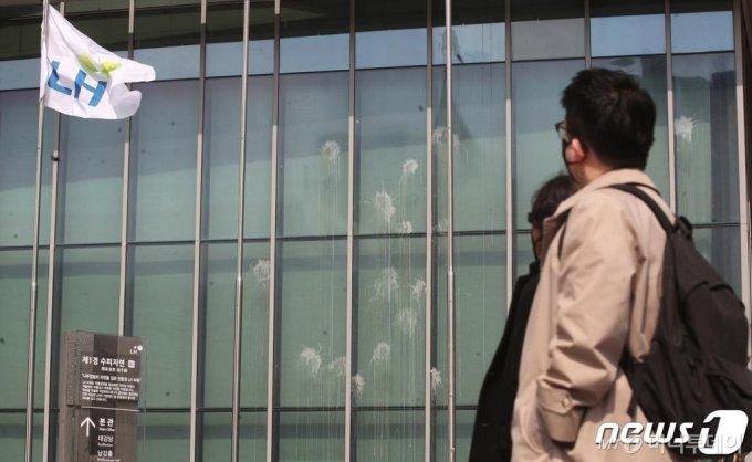 9일 오후 경남 진주시 충무공동 한국토지주택공사(LH)본사 건물 외벽에 농민들이 투척한 계란 자국이 남아있다. 이날 LH는 땅 투기 의혹을 받아 압수수색이 진행됐다./사진=뉴스1