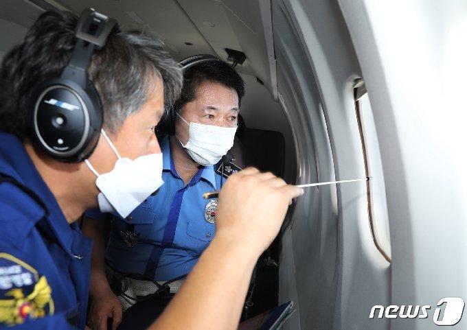 해양경찰청 오윤용  차장이 서해 배타적경제수역을 점검하고 있다. /뉴스1 © News1 정진욱 기자