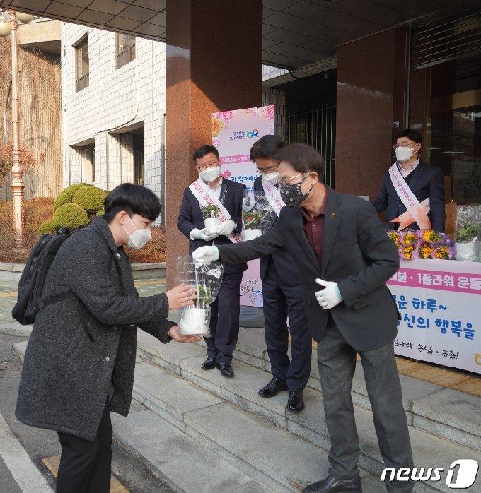 [사진] 조희연 교육감, 코로나19 확산으로 위축된 화훼 소비촉진 행사 참여