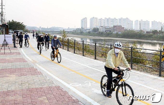 백군기 시장이 지난해 경안천 자전거도로를 주행하며 현장 점검을 하고 있는 모습.(용인시 제공) © News1