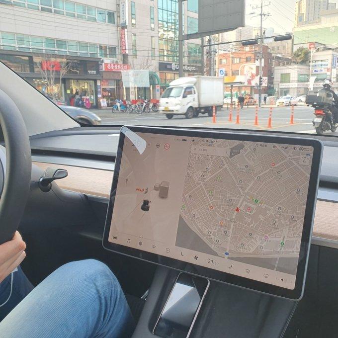 모델Y가 안전고깔, 오토바이, 트럭 등을 인식하는 모습/사진=이강준 기자