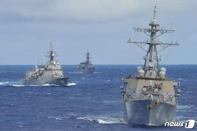 미국 해군과 일본 해상자위대가 지난 1~5일 일본 간토 지방 남방 및 괌 북방 서태평양 해상에서 합동훈련을 실시했다. 사진 맨 앞부터 미 해군 구축함 '존 S. 매케인', 일본 해상자위대 호위함 시라누이 하루사메 (일본 해상자위대 제공) © 뉴스1