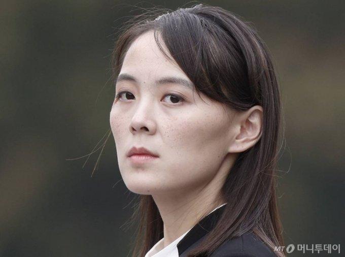 김여정 제1부부장이 2019년 3월 2일 베트남 호찌민의 묘소 헌화식에 참석한 모습. [평양=AP/뉴시스]