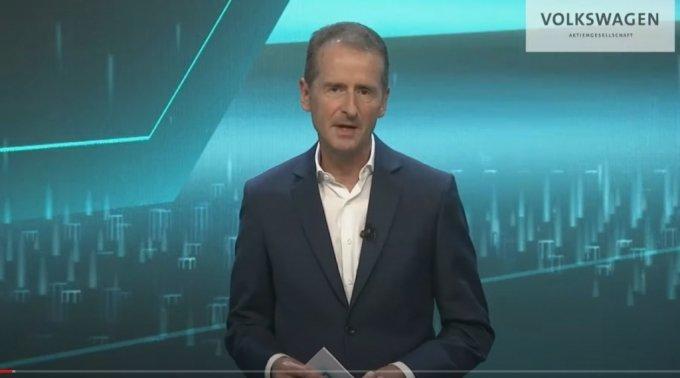 헤르베르트 디스 폭스바겐 최고경영자(CEO)는 15일(현지시간) 열린 '파워데이'에서 2030년까지의 전기차 경영 전략을 설명하고 있다./폭스바겐 유튜브 캡쳐