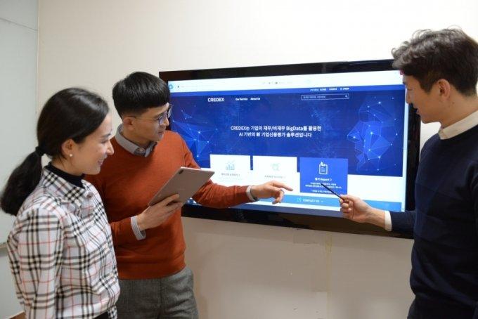 포스코ICT 직원들이 기업부실예측 서비스 '크레덱스'가 제공하는 거래 기업의 등급을 살펴보고 있다. /사진= 포스코ICT