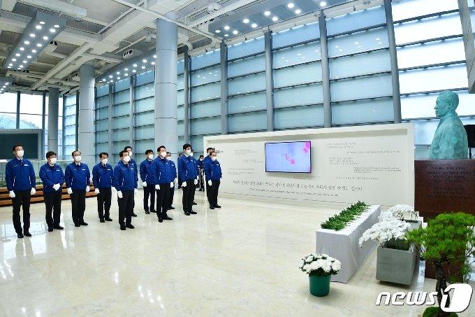 현대중공업은 21일 아산(峨山) 정주영 현대 창업자의 타계 20주기를 맞아 19일 오전 울산 본사에서 추모식을 가졌다. © 뉴스1
