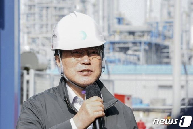 (서산=뉴스1) 이광호 기자 = 문재인 대통령이 19일 오후 충남 서산시 대산그린에너지 수소연료전지발전소를 방문해 시설을 시찰한 뒤 발언하고 있다.2021.3.19/뉴스1