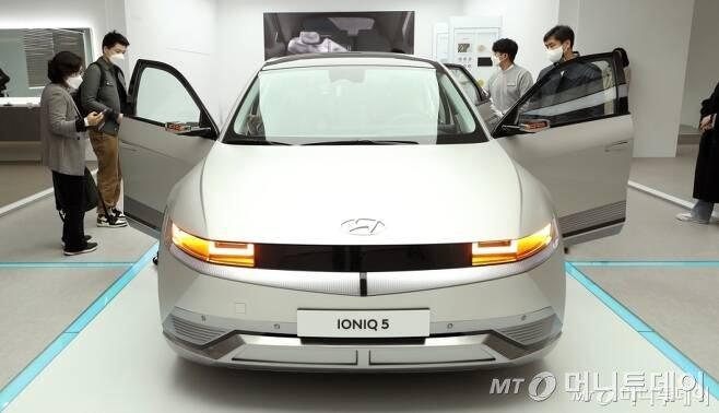 지난 17일 오전 서울 용산구 아이오닉 5 스퀘어에서 현대자동차의 첫 전기차 전용 플랫폼인 E-GMP가 적용된 '아이오닉 5'가 전시되어 있다. /사진=김휘선 기자 hwijpg@mt.co.kr